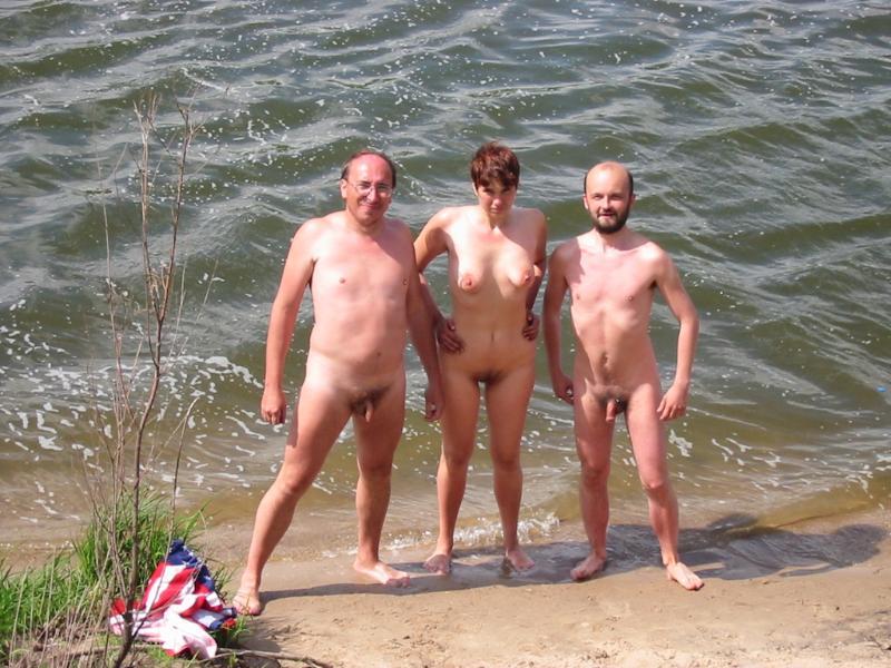 Голые на пляже муж и жена